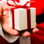 Main qui tend un cadeau de Noel