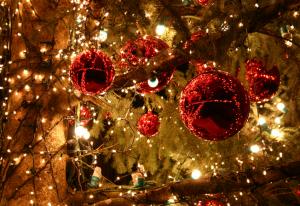 Boules rouges et lumières de Noël