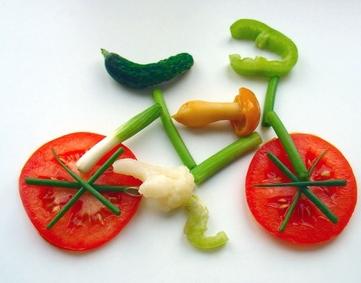 Vélo dessiné avec des légumes