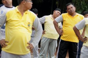 Policiers indonésiens en train de faire du sport