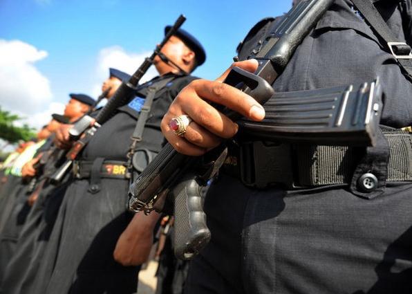 Policiers indonésiens armés et en uniforme