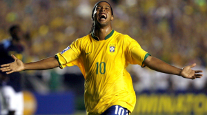 Le joueur de foot brésilien Ronaldinho qui crie de joie en plein match