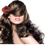 femme avec une belle chevelure brune