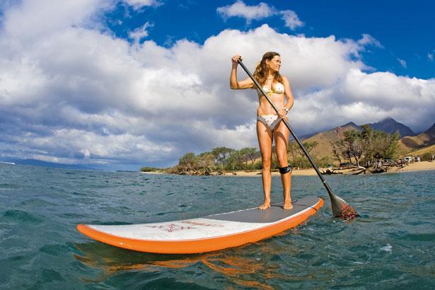une jolie fille sur son paddle