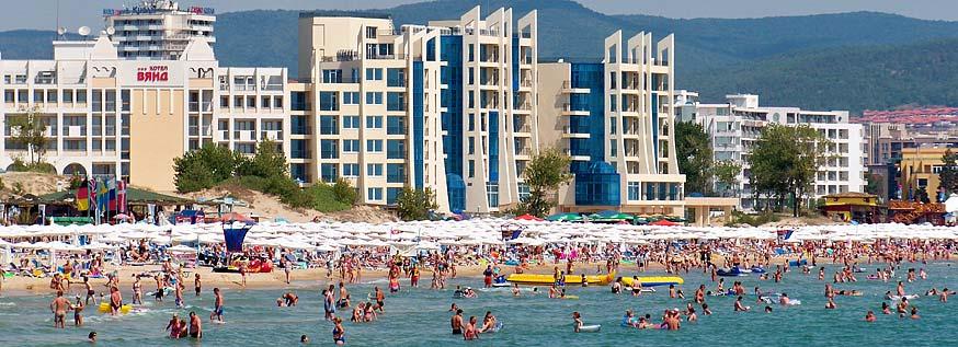 plage bondée et hôtels de Sunny Beach en Bulgarie